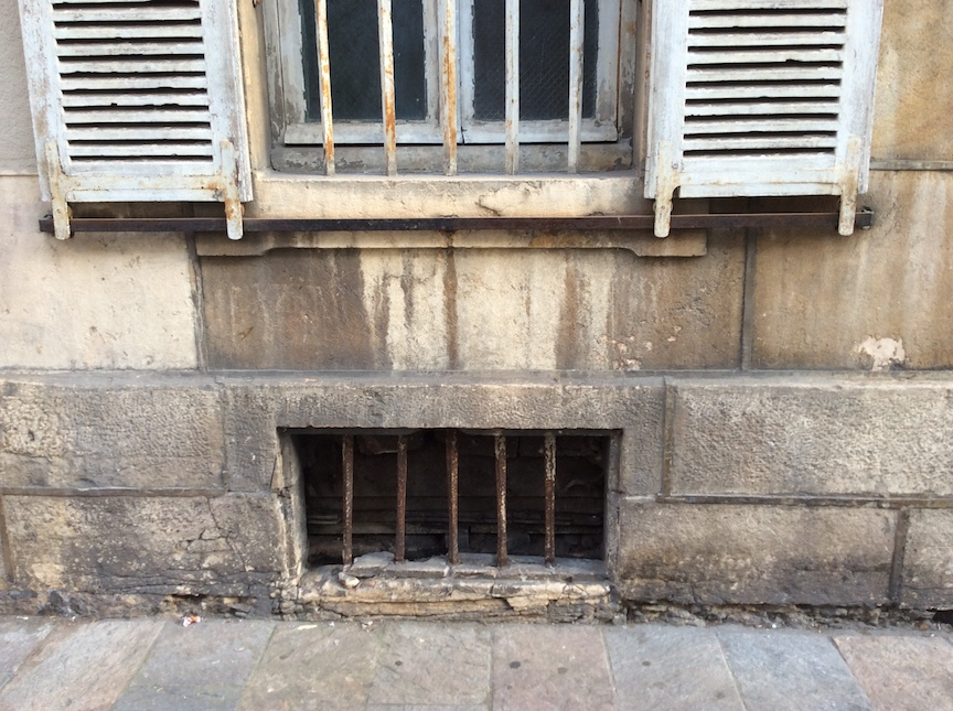 There must be at least one million window grills in Dijon that look just like this one. Even on lawyers offices.